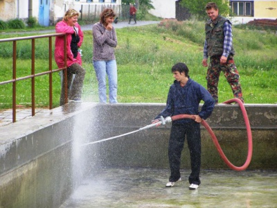 """Čištění požární nádrže """"bahňáku"""" 2007"""