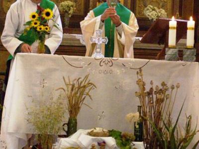 """Sváteční mše, poděkování za úrodu a svěcení nově opraveného kříže u casty k """"Lanavě"""" 2007"""